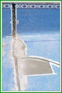 Grietas en una piscina de hormigón