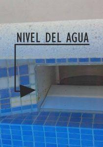skimmer de una piscina con su nivel de agua señalado