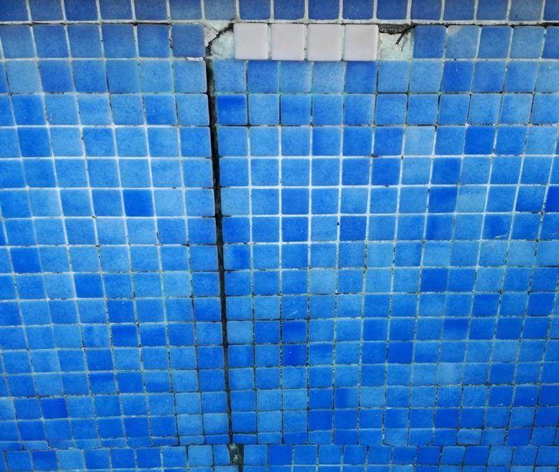 Cómo reparar grietas en piscinas de obra y hormigón de forma profesional