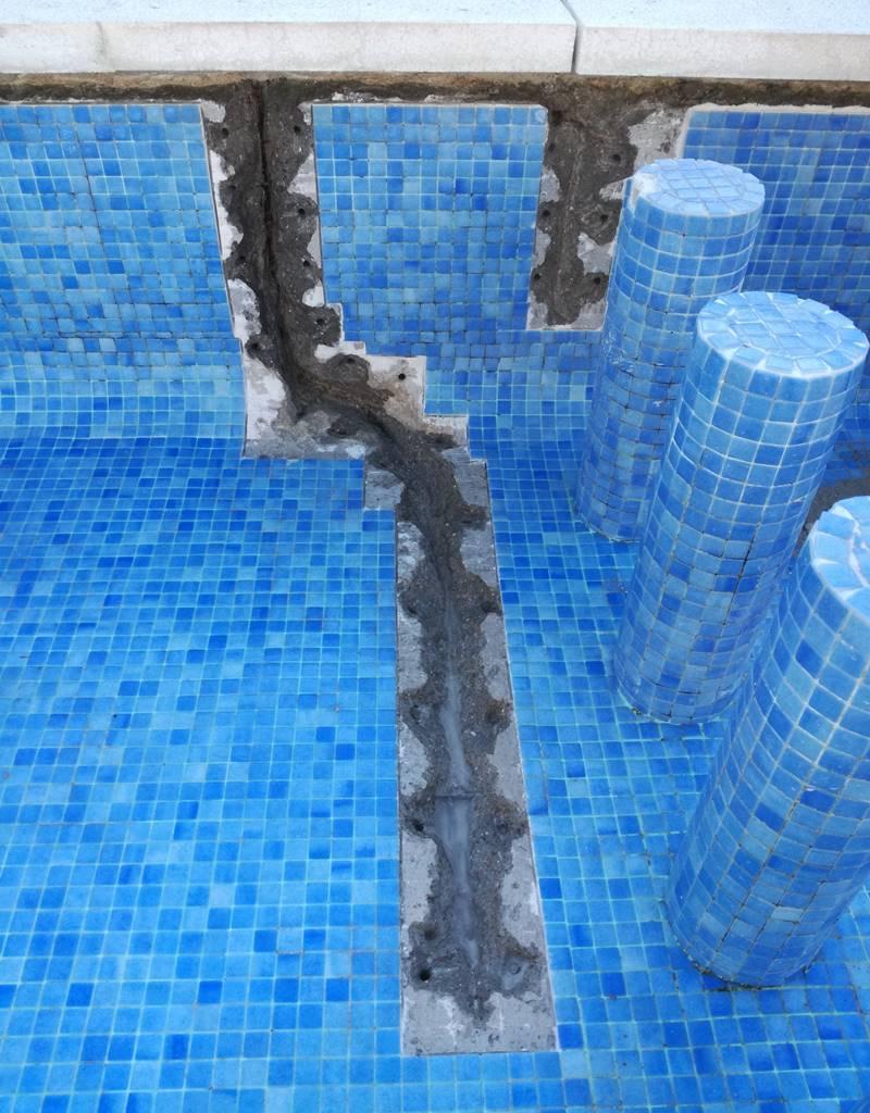 Regola limpia en grieta piscina