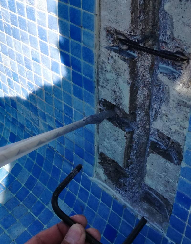 Grapando grieta en piscina