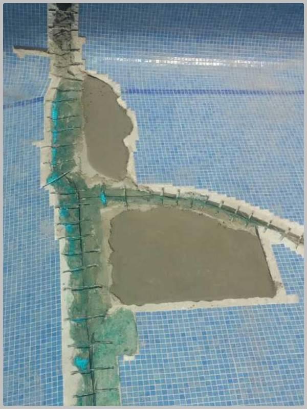 Suelo y pared de piscina con varias grietas