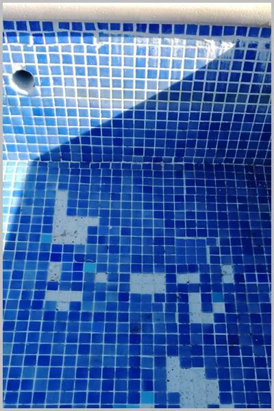Con un mal mantenimiento se caen las fichas de gresite de tu piscina o pileta