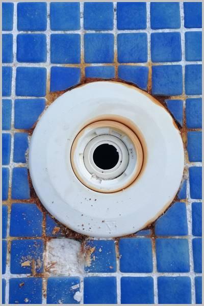 Boquilla de piscina y gresite con óxido