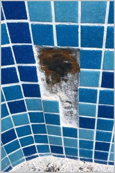 öxido en pared de piscina con gresite