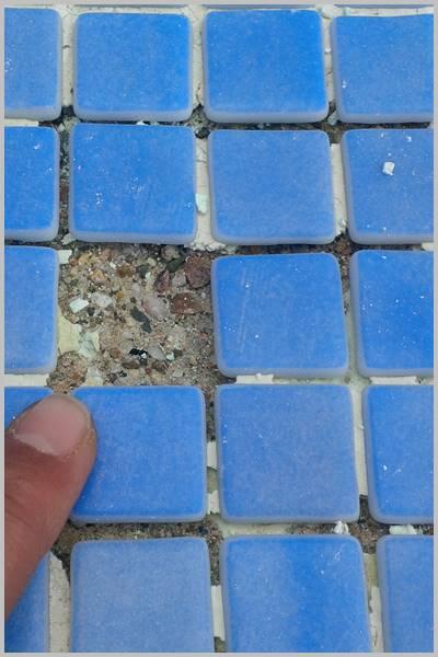 Los motivos por el que se caen las fichas de gresite de tu piscina o pileta