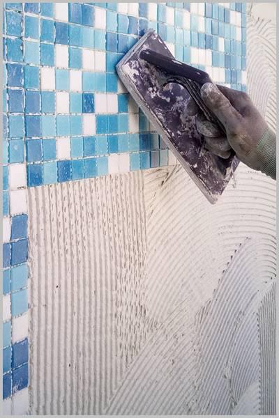 Pegando el gresite bien no se caen las fichas de gresite de tu piscina o pileta