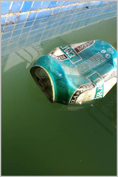 Lata de hierro en piscina