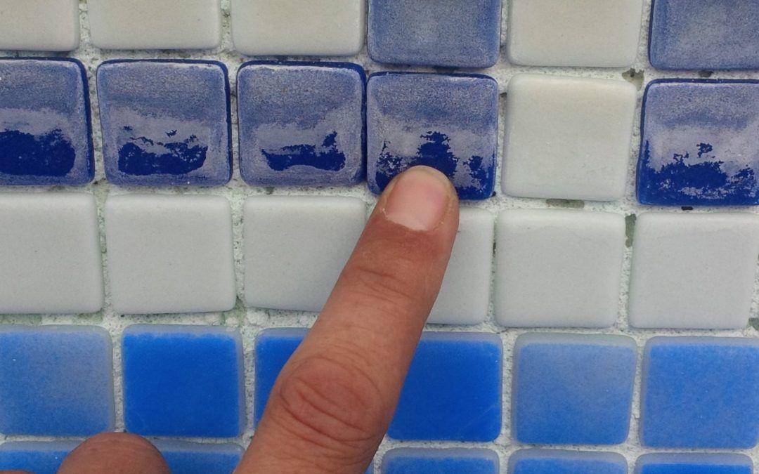 ¿Tienen cal las paredes y suelo de tu piscina?