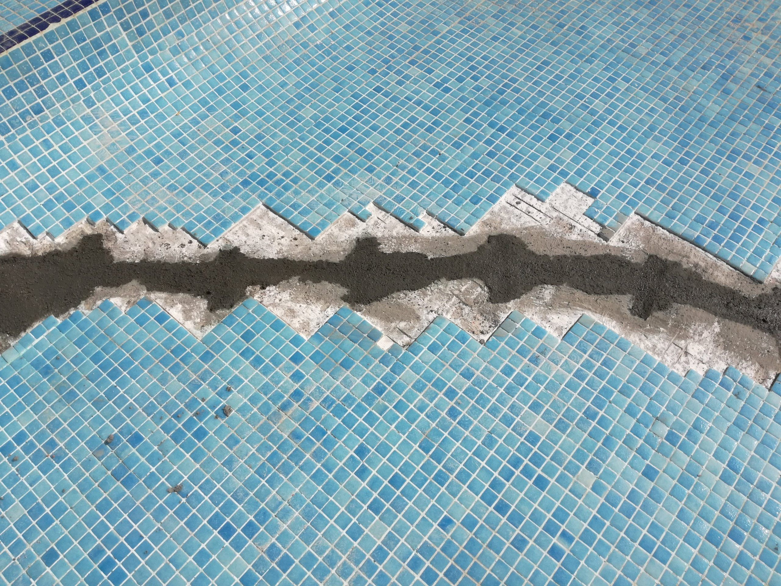 Grieta en piscina con gresite